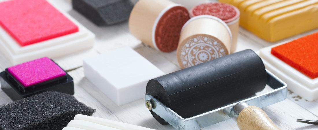 Handwerksausrüstung, Stempelkissen, Linolschneider, Farbroller und Knetblöcke zum Zeichnen un Malen